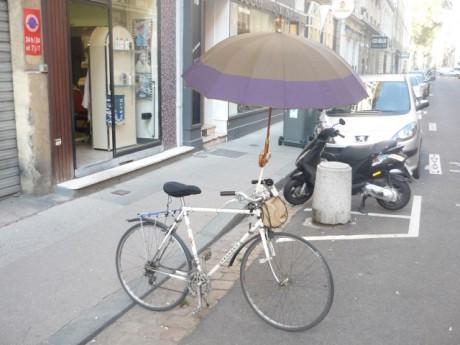 Le porte-parapluie change la silouhette du vélo - Photo Lyon Mag