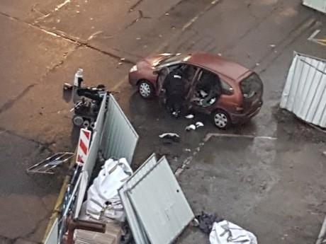 La voiture prise en charge par les démineurs - LyonMag