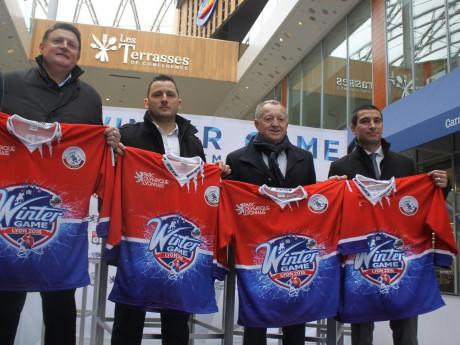 Sebastien Berthet, le président du LHC, Jean-Michel Aulas, le président de l'OL, et Yann Cucherat, l'adjoint aux sports à la Ville de Lyon, réunis à la patinoire éphémère de Confluence - Lyonmag.com