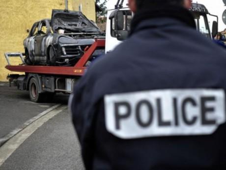 Le 4x4 retrouvé dans une impasse à Décines - Photo AFP