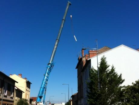 L'installation des antennes sur le toit de l'immeuble- DR