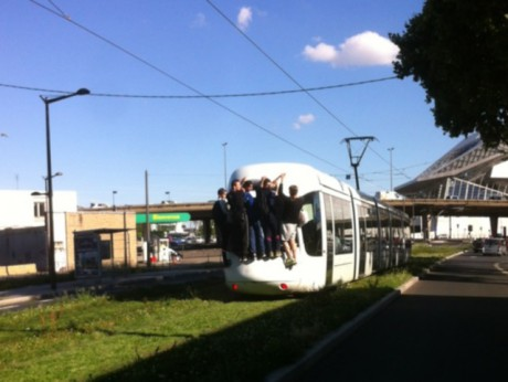 Cinq jeunes ont voyagé agrippés à une rame de tramway à Lyon - LyonMag.com