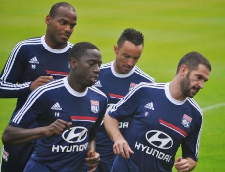 Gaël Danic, ici au milieu, pourrait faire ses grands débuts avec l'OL mercredi - LyonMag