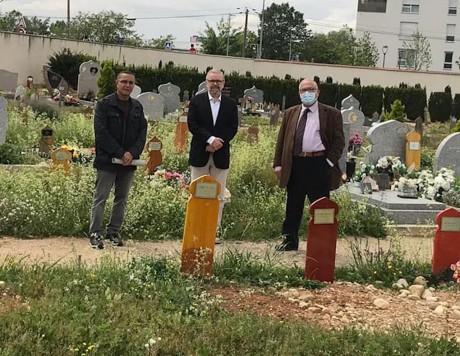 Azzedine Gaci et Kamel Kabtane (au centre et à droite) sur le terrain à Vaulx-en-Velin - DR