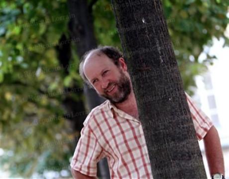 Ce n'est pas derrière un arbre mais sur un gros caillou que Clément Wittmann ira mercredi soir à la rencontre des Lyonnais pour les sensibiliser à son projet présidentiel - DR - La Nouvelle Alsace