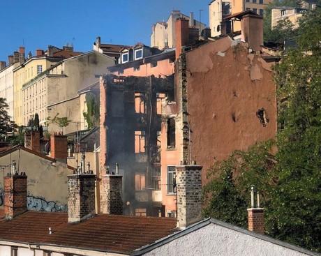 La façade la plus touchée par l'incendie n'a pas résisté ce lundi - LyonMag
