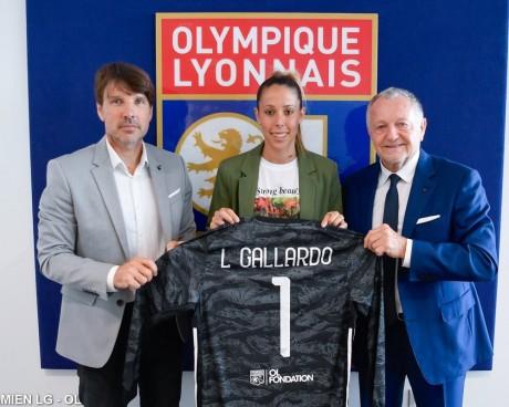 Lola Gallardo, entourée à sa gauche par Jean-Michel Aulas et à sa droite par Jean-Luc Vasseur, lors de sa présentation - DR Olympique Lyonnais