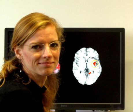 Prisca Bauer à côté d'une image IRM obtenue lors d'une étude d'A. Lutz sur la méditation