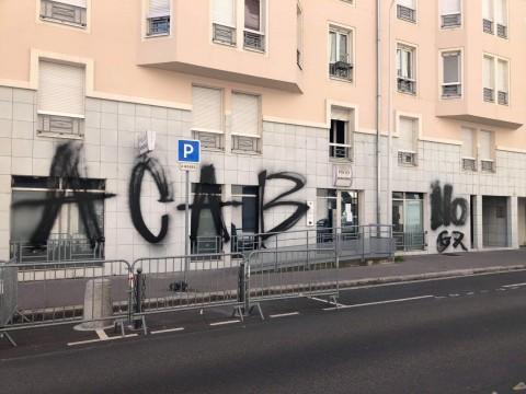 Les tags retrouvés ce samedi sur les murs du poste de police municipale - LyonMag