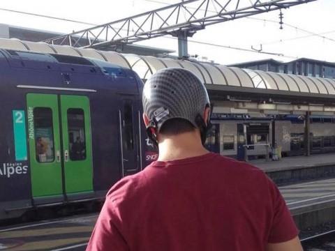 Marin, qui porte toujours un casque pour maintenir son crâne, en partance pour la Suisse - DR La Tête Haute