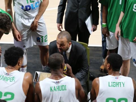 T.J. Parker, nouveau coach de l'équipe, avec ses joueurs. Photo LyonMag