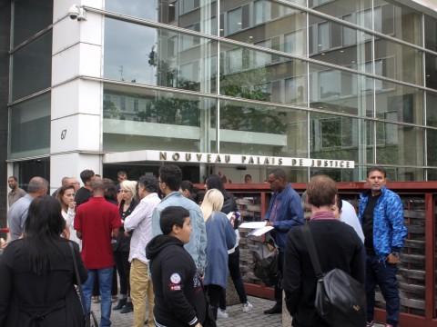 Les victimes de l'agence Anatolia Voyages, réunies ce mardi matin devant le tribunal de Lyon - LyonMag