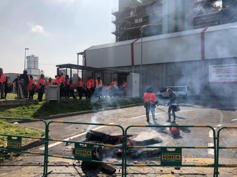Les éboueurs bloquant le site du 7e arrondissement de Lyon ce lundi - LyonMag