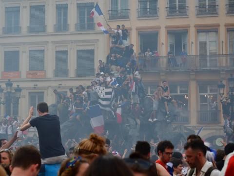 Les supporters lyonnais fêtent le deuxième titre de Champion du monde de l'équipe de France, place des Terreaux - Lyonmag