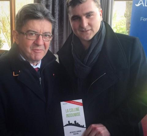 Elliott Aubin remettant un exemplaire de son livre à Jean-Luc Mélenchon - DR