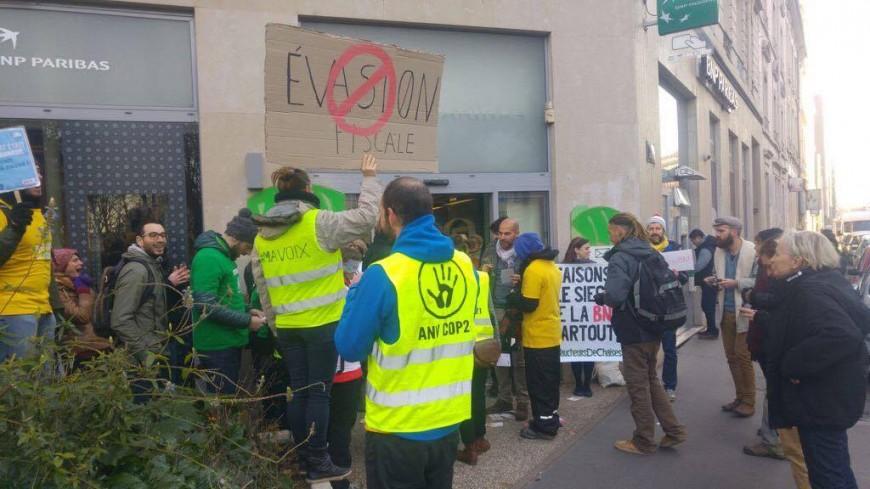 Les Faucheurs de chaises bloquent une banque contre l'évasion fiscale