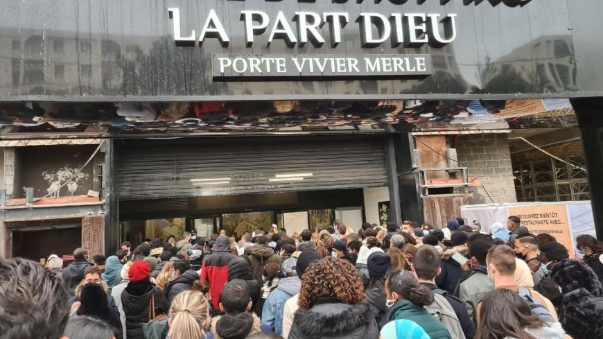 Lyon : la cohue à la Part-Dieu avant la fermeture du centre commercial !