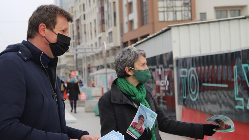 """Lyon : Fabienne Grébert, """"votre future présidente de Région"""", en opération tractage avec Yannick Jadot"""