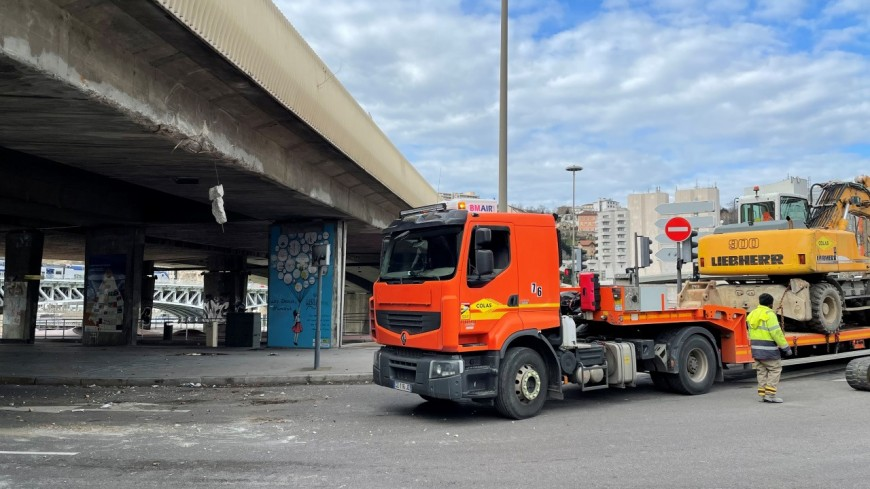 Lyon : il oublie qu'il transporte un engin de chantier et s'encastre dans un autopont de Perrache