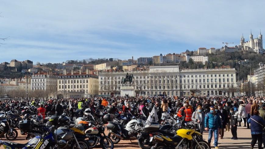 Lyon : plus de 1000 motards en colère ont manifesté pour demander la légalisation de la circulation inter-files