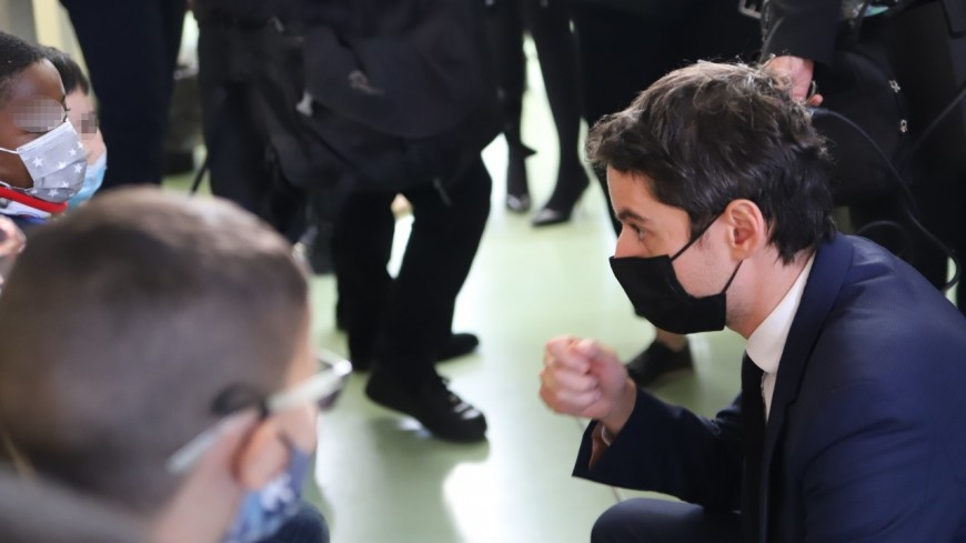 """En déplacement dans une école près de Lyon, Gabriel Attal """"salue la mobilisation"""" sur le déploiement de la campagne de tests salivaires"""