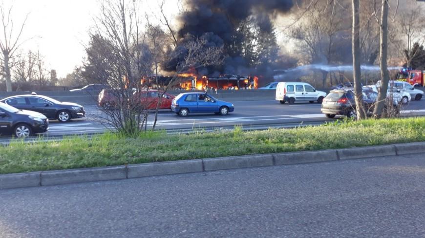Un bus TCL prend feu sur le périphérique à Lyon