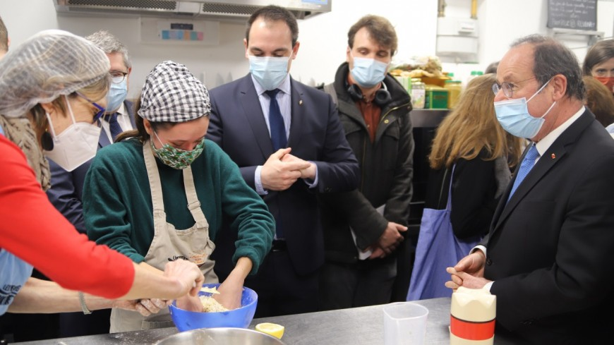 Lyon : François Hollande en visite dans une Petite Cantine solidaire
