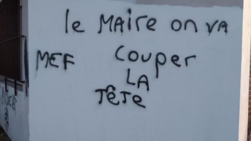 """""""Couper la tête"""", """"brûler"""" : le maire de Rillieux et sa police municipale menacés dans des tags, une personne interpellée"""