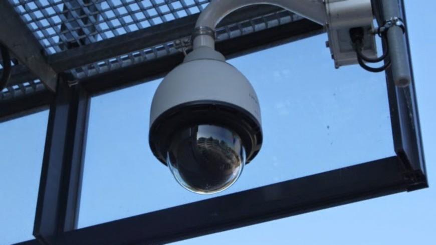 Près de Lyon : il s'attaque à une caméra de vidéosurveillance avec un briquet et l'arrache