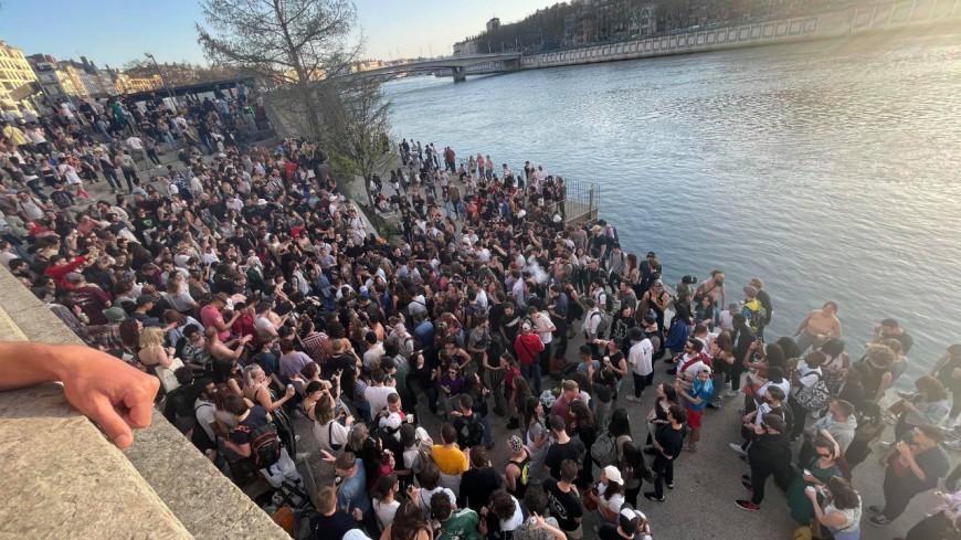 Lyon : gros rassemblement festif et sans masque sur les quais de Saône, la préfecture va traquer les organisateurs