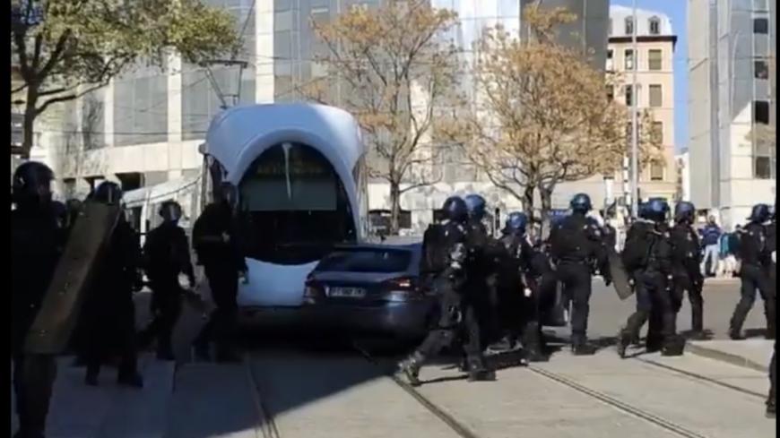 Lyon : une voiture de la police heurtée par le tramway, les fonctionnaires hués à la Guillotière
