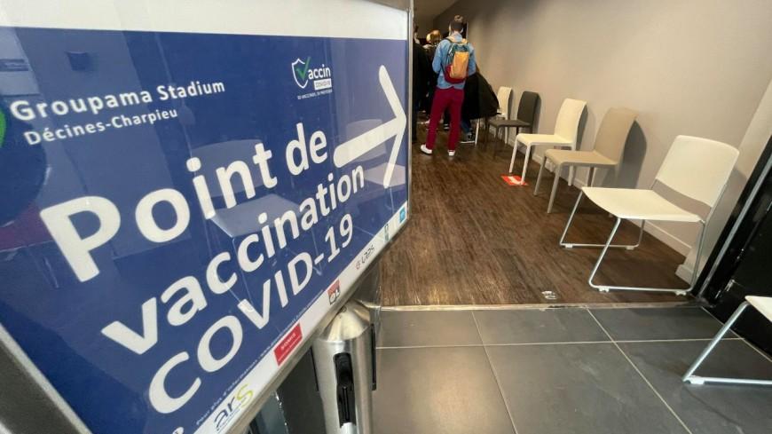 """L'OL obligé de rappeler qu'il """"n'est pas possible de venir se faire vacciner au Groupama Stadium sans rendez-vous"""""""