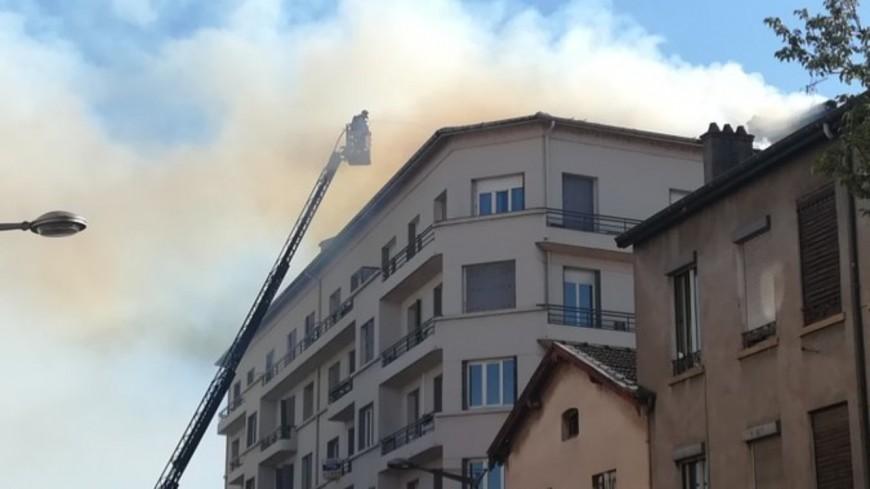 Un immeuble en feu près de Lyon