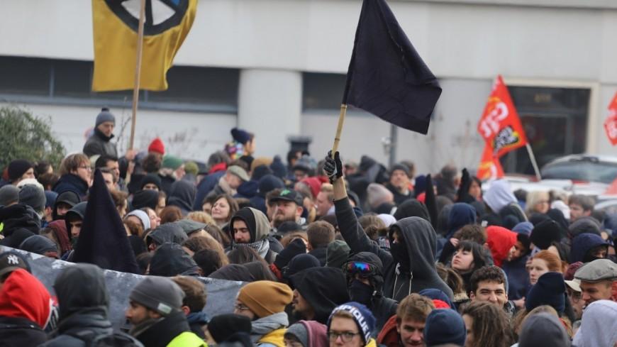 Lyon : des policiers malmenés par des antifascistes dans une manifestation