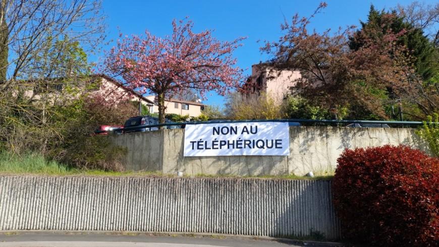 Francheville : ils affichent une pancarte anti-téléphérique, le maire les menace d'une amende de 200 euros par jour