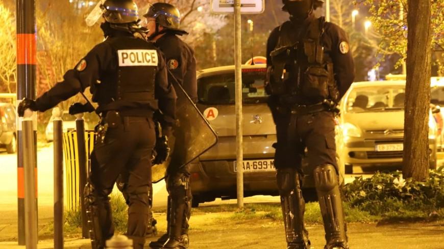 Violences urbaines dans l'agglomération lyonnaise : trois policiers blessés, plusieurs de leurs voitures dégradées