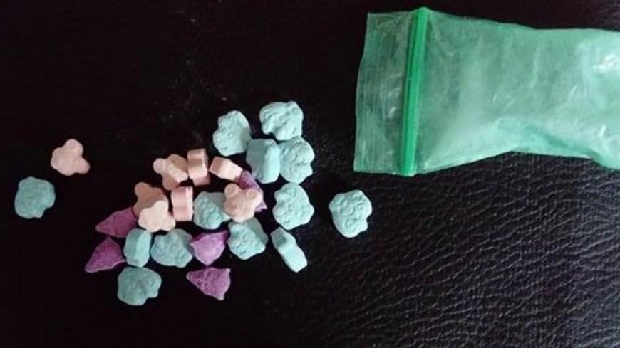 Lyon : elle achète des draps sur internet et trouve 5 kg d'ecstasy dans le colis