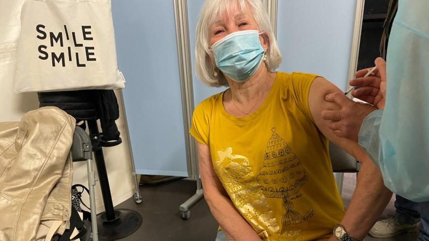 Lyon : Jocelyne a reçu la 100 000e dose de vaccin au Palais des Sports de Gerland