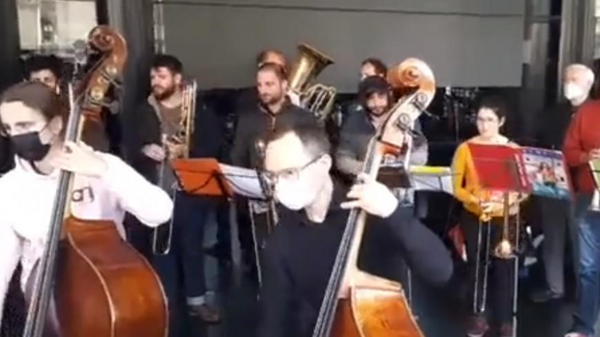 Un orchestre symphonique s'installe devant l'Opéra de Lyon