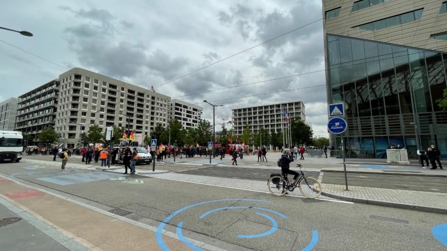 Service public de l'énergie : près de 200 manifestants devant l'Hôtel de Région à Lyon