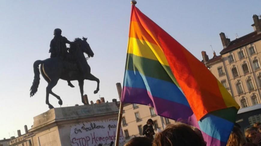Près de Lyon : une prof interdite d'enseigner parce qu'elle porte un masque aux couleurs arc-en-ciel ?