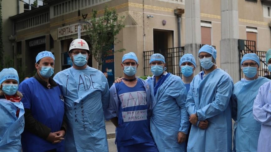 Visite d'Olivier Véran à Lyon : plusieurs dizaines de soignants manifestent devant l'hôpital Edouard Herriot