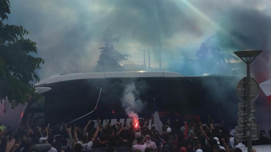 OL : des dizaines de supporters accueillent les joueurs au stade avant le match contre Nice
