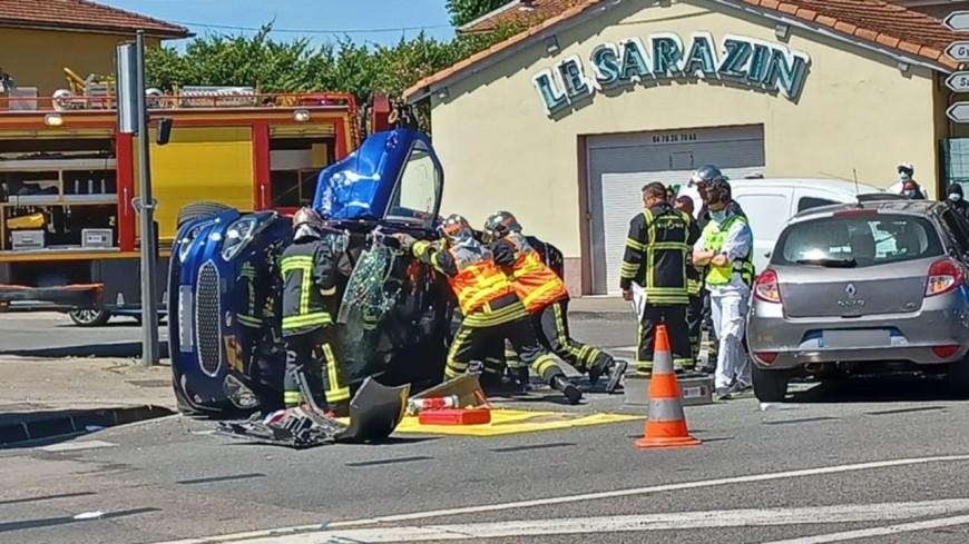 Près de Lyon : deux voitures se percutent, l'une termine sur le toit