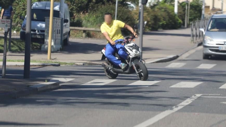 Près de Lyon : deux bébés transportés dans une remorque de vélo renversés par un scooter qui prend la fuite