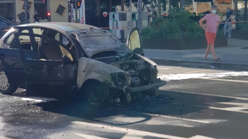 Lyon : une voiture prend feu en plein centre-ville