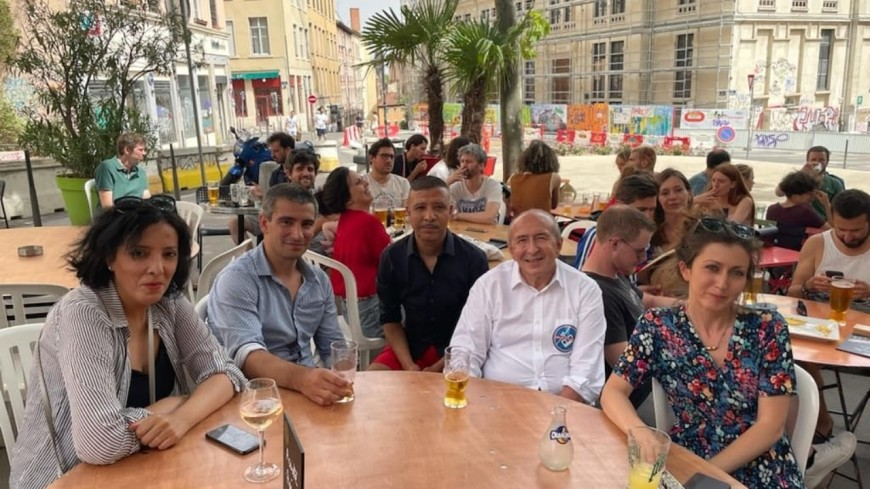 Lyon : près de 300 opposants au téléphérique place Bellecour, Gérard Collomb présent