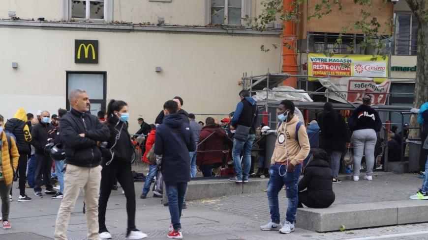 """Renforts policiers, piétonnisation, délocalisation du """"marché sauvage"""" : ce qu'ont donné les ateliers participatifs pour """"mieux vivre ensemble la place du Pont"""" à Lyon"""