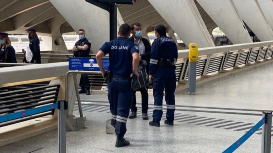Retour de vacances : de la viande, des médicaments et des articles contrefaits saisis à l'aéroport de Lyon