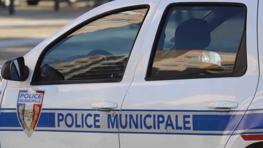 Près de Lyon : le pare-brise de la voiture des policiers explose après un jet de pierre